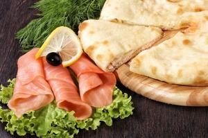 осетинский пирог с семгой, сыром и зеленью